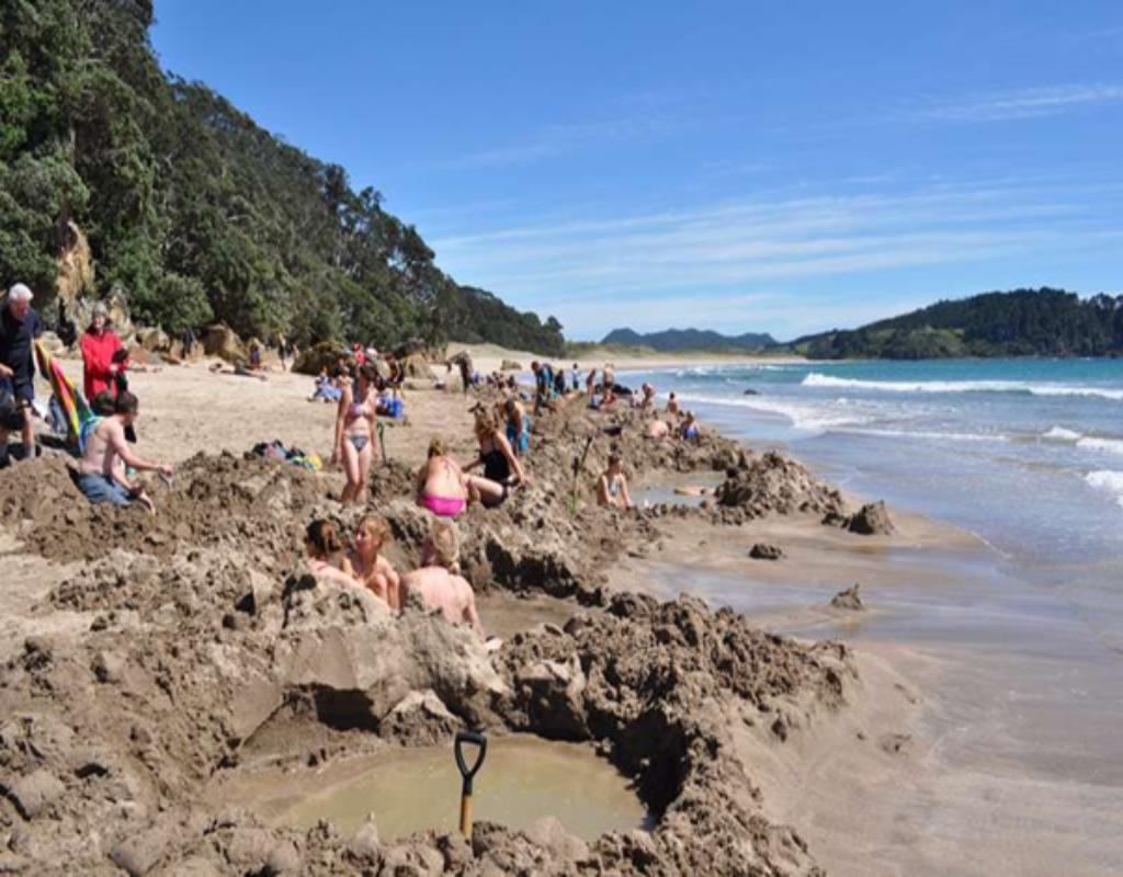 Hot Water Beach là bãi nước nóng nổi tiếng ở New Zealand