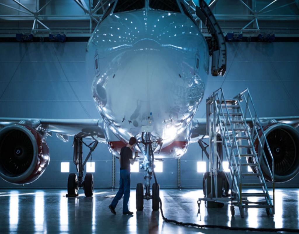 Kỹ thuật viên bảo trì hàng không chịu trách nhiệm về các thành phần cơ khí và cấu trúc của máy bay