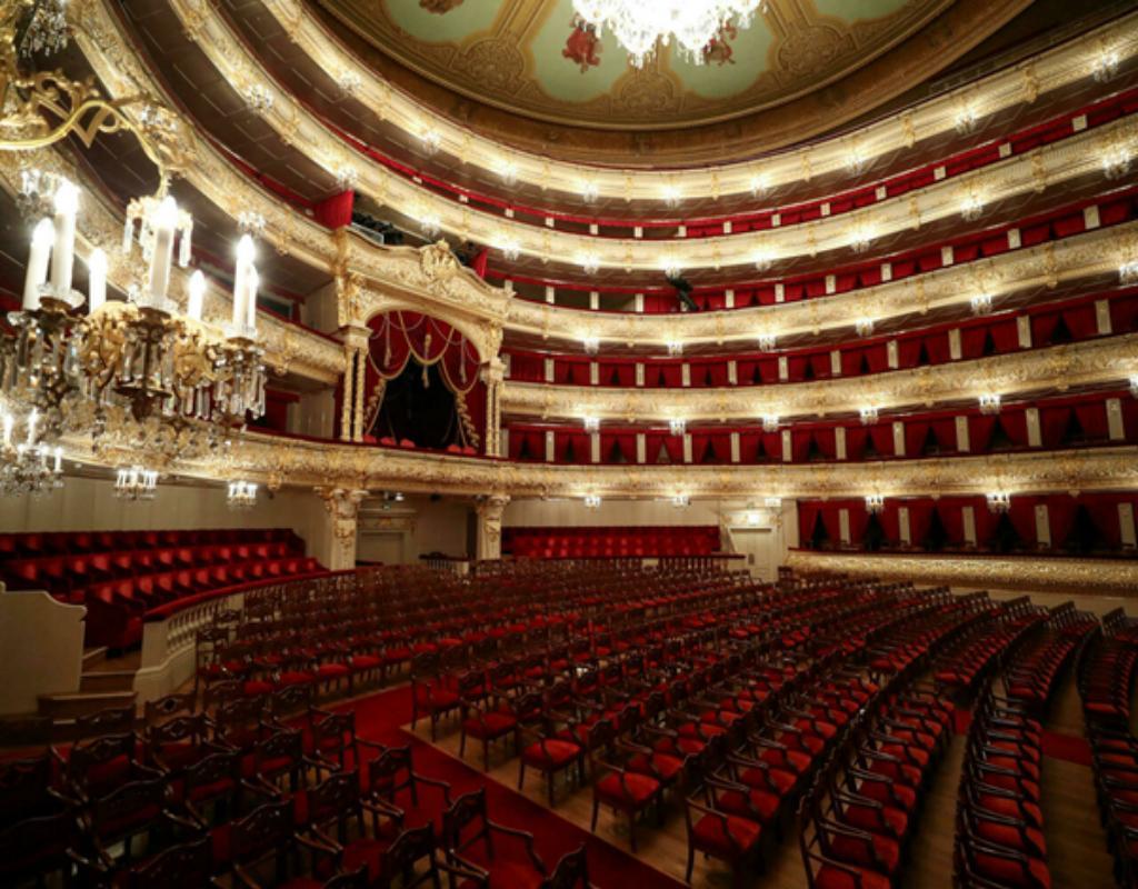 Nơi để các diễn viên biểu diễn sẽ được gọi là sân khấu.