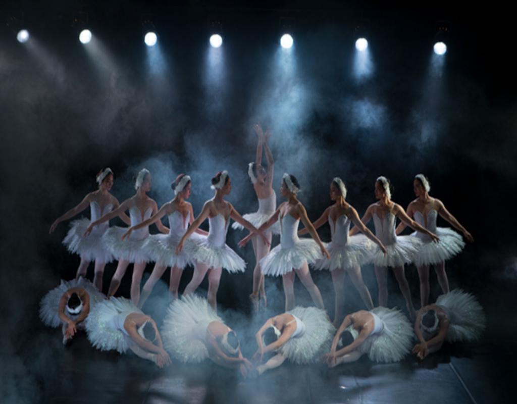 Vũ công trình diễn trên sân khấu nhạc kịch