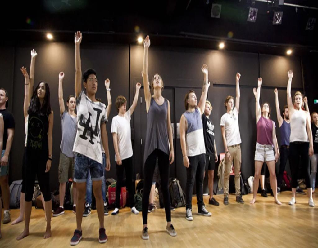 Các học sinh đang tập luyện diễn xuất
